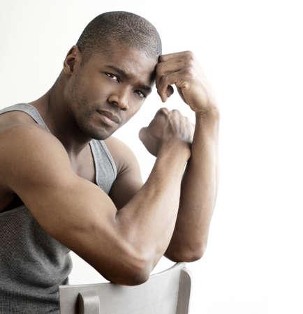 Studio portrait d'une bonne homme cherche jeune noir sur fond blanc, avec copie espace Banque d'images