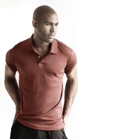 Mode portrait d'un modèle masculin occasionnel sur fond blanc avec copie espace