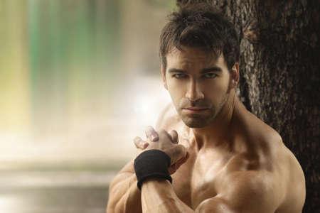 m�nner nackt: Outdoor portrait eines muskul�sen shirtless hei�en Kerl mit Kopie Raum