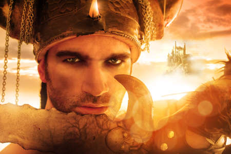 guerrero: Retrato de una espada guerrero Seexy fuerte que sostiene a la luz de oro con el fondo de la fantas�a