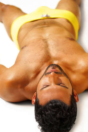 homme nu: Sexy jeune homme muscl� se d�tendre dans un cadre couch�e spa