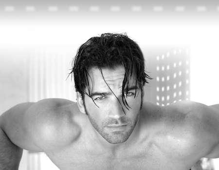 belleza masculina: Super hot sexy modelo muscular masculina sobre fondo moderno