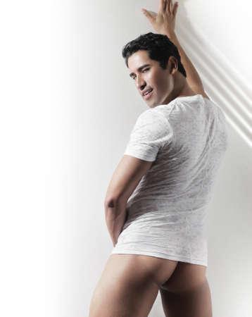Sexy fashion portrait provocateur de jeune mec nu chaud