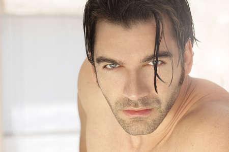 modelos hombres: Detallado close-up retrato de una bella modelo masculino descamisado