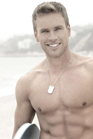 ni�o sin camisa: Retrato de un feliz joven apuesto hombre sonriente en la playa