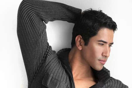 stílus: Szexi érzéki fiatal férfi modell ellen, fehér háttér Stock fotó