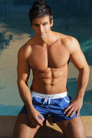 Hot guy sexy en maillot de bain à la piscine Banque d'images