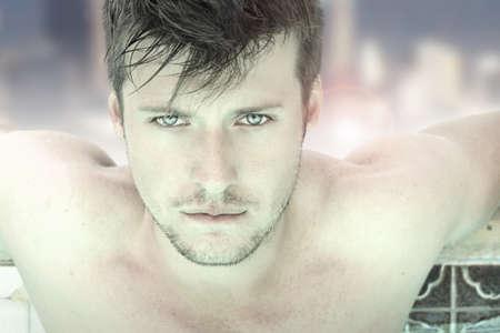 豪華なスイミング プールでリラックスした、豪華な男性モデルのクローズ アップのファッションの肖像画 写真素材