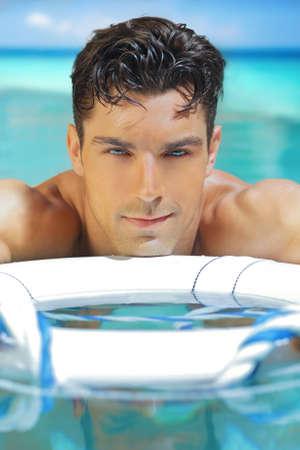 수영장에서 아주 잘 생긴 젊은 남자 스톡 콘텐츠