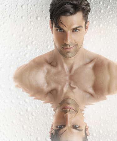 young male model: Conceptual retrato de cerca de una gran cara de la joven modelo masculino de aspecto con la reflexi�n