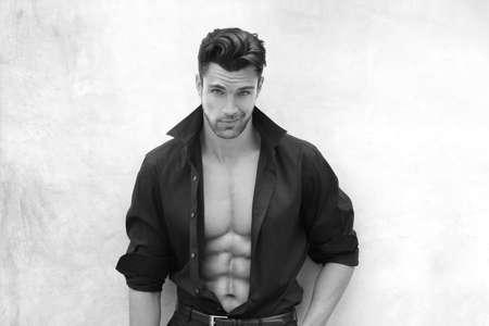 Modèle masculin très sexy avec la chemise ouverte révélant corps musclé et abs Nice et la poitrine Banque d'images