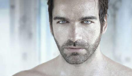 Portrait très détaillé de bel homme avec le visage humide