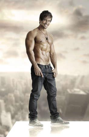 Concept winnende portret van een sexy glimlachende shirtless man op het dak Stockfoto