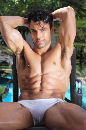 Été en plein air portrait de modèle masculin sexy en sous-vêtements près de la piscine