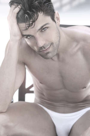 ni�o sin camisa: Retrato de un hombre musculoso guapo Foto de archivo