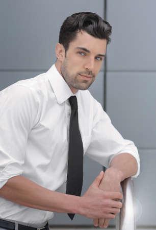 若いハンサムな自信を持っているビジネスマンの肖像画