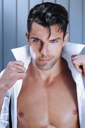 Mode jeune homme ouvrant sa chemise avec torse musclé sexy