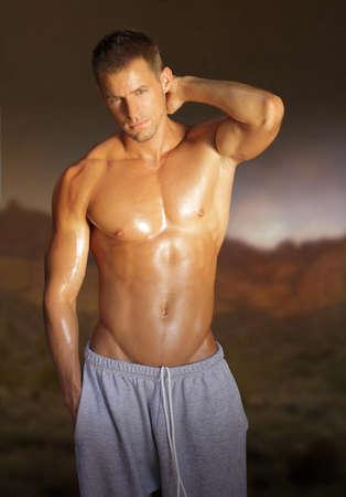 hombre sin camisa: Retrato de un joven sin camisa sexy al aire libre Foto de archivo