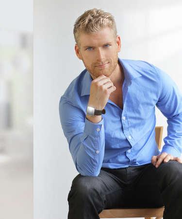 Goodlooking jeune homme en environnement de bureau moderne