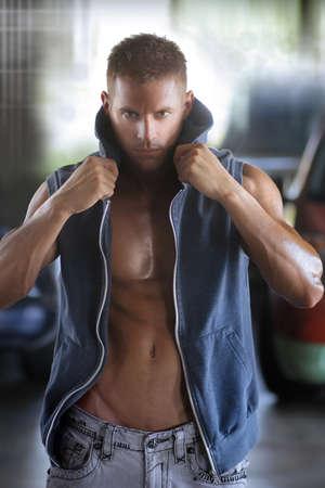 Mode portrait d'un modèle masculin musculaire sexy