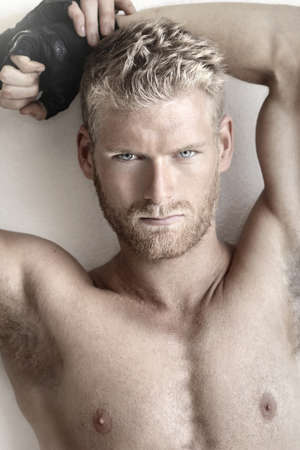 Très détaillé portrait de la mode d'un modèle masculin torse nu sexy musculaire Banque d'images
