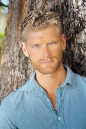 young male model: Retrato al aire libre de una hermosa joven modelo masculino