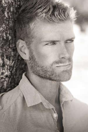 아름 다운 젊은 남성 모델의 자연 초상화 스톡 콘텐츠
