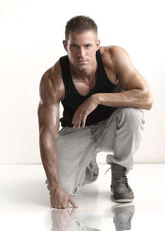 inginocchiarsi: Ritratto di moda giovane caucasico uomo bello sexy atletico