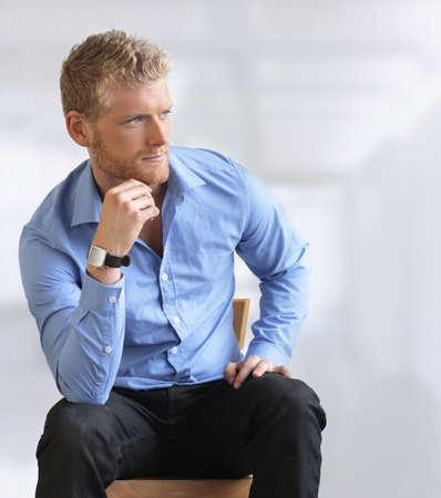 muž: Pohledný mladý podnikatel sedí