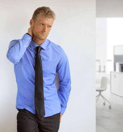 Portrait d'un beau jeune homme professionnel sexy