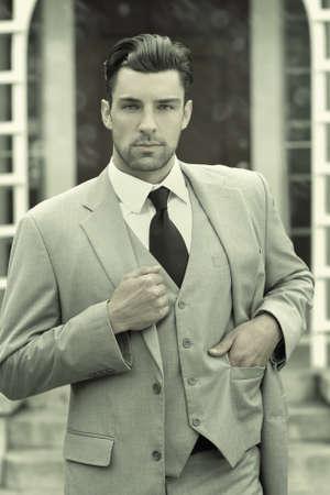Portrait stylisé d'affaires de la mode d'un homme confiant réussi en costume et cravate Banque d'images