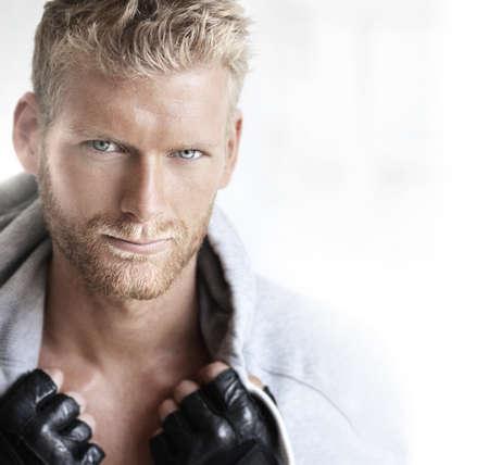 fitness hombres: Primer plano el retrato de un modelo masculino joven muy guapo en el estudio brillante Foto de archivo