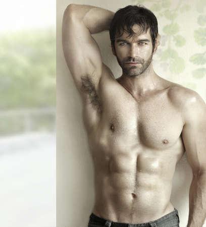 Inspirer portrait sensuel d'un modèle de forme physique mâle sexy