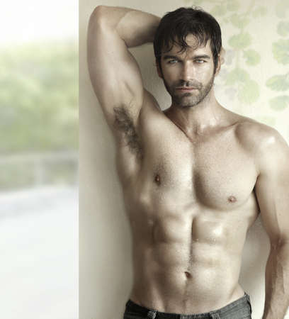 hombres sin camisa: Sensual retrato inspirador de un modelo de fitness masculino atractivo
