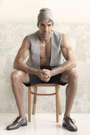 poses de modelos: Moda retrato de una buena modelo masculino joven en ropa elegante, declaraci�n