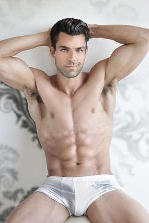 Très sexy jeune modèle mâle musculaire en sous-vêtements blanc Banque d'images