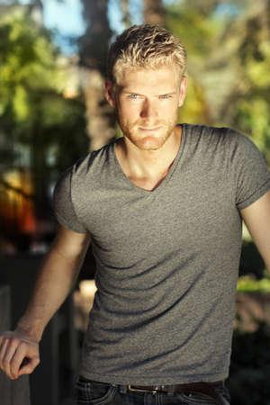 Sexy jonge mannelijke model met dramatische licht en vertrouwen expressie Stockfoto