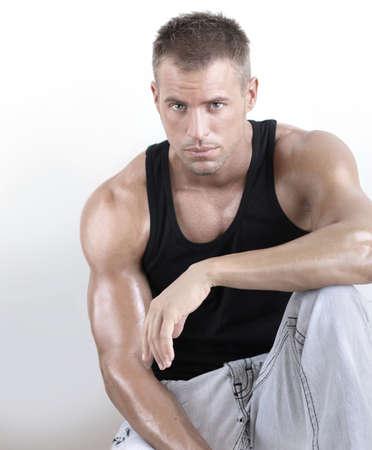 visage homme: Beau jeune homme masculin muscl� avec de grands bras contre un fond neutre