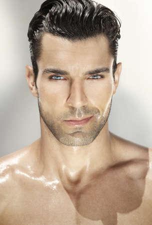 bel homme: Close up portrait d'un homme tr�s beau Banque d'images