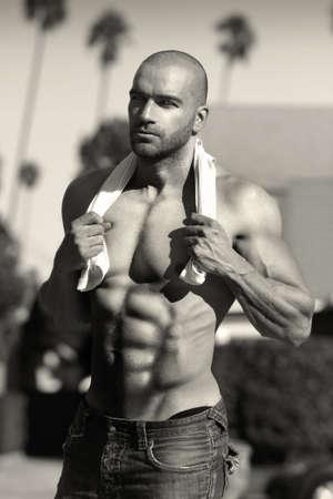 shirtless: Cl�sico retrato de un hombre descamisado muscular atractivo al aire libre en tonos sepia