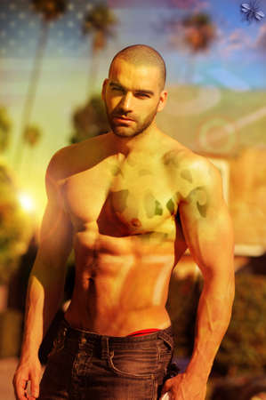 Portrait de mode stylisée d'un torse nu modèle masculin musculaire chaude avec traitement croisé et superposer des effets rétro