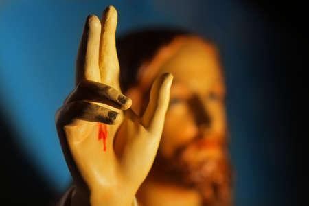 イエスの背後にある顔と手の細部