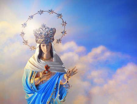 Mooie afbeelding van de Maagd Maria met kroon van sterren aan de hemel