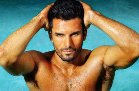 hombre desnudo: Hombre atractivo joven muscular desnudo lindo posando