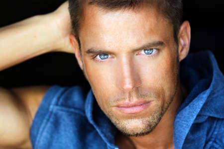 cerrar: Close up Retrato de un hombre joven y guapo