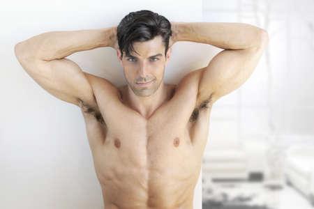 m�nner nackt: Sexy muskul�ser Mann in hellen, modernen Innen
