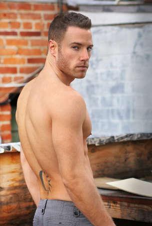 sin camisa: Retrato atractivo de un joven musculoso en forma