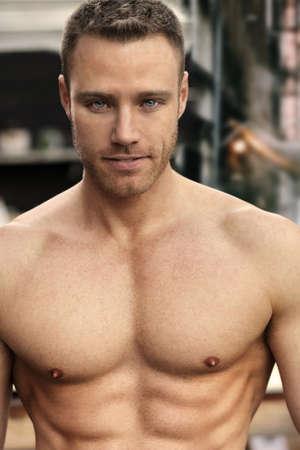 musculoso: Retrato atractivo de un joven musculoso confiados Foto de archivo