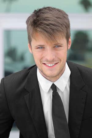 Portret van een lachende jonge zakenman Stockfoto