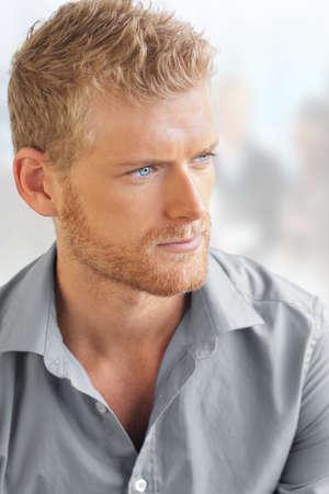 ragazze bionde: Business ritratto di un giovane uomo intelligente bello in ambiente ufficio luminoso